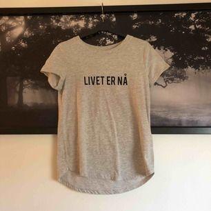 """En fin grå t-shirt från den norska serien """"Skam""""."""