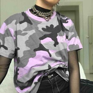 Helt oanvänd tröja från Missguided x Barbie med Barbieloggab broderad på bröstet. Köpt för 250kr. Jättecool men säljer den för använder aldrig!