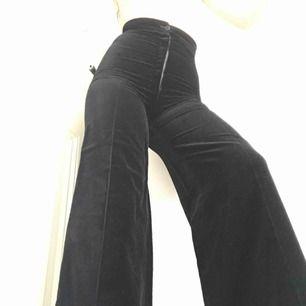 Heeelt fantastiska vintage velvet byxor med hög midja och utsvängda ben. Säljer för de är för små för mig. Exakta mått finns på sista bilden. Om du kan mötas i Stockholm kan priset förhandlas!