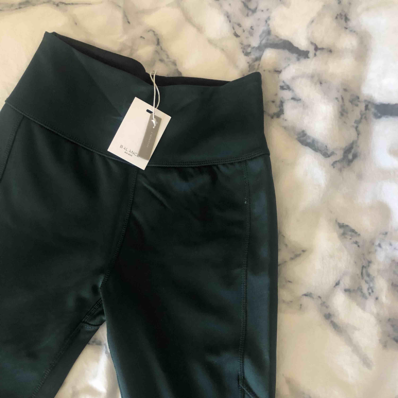 Thigts/träningthigts från bikbok || gröna || storlek S || köpta för 299kr || säljer för 80kr + frakt . Jeans & Byxor.