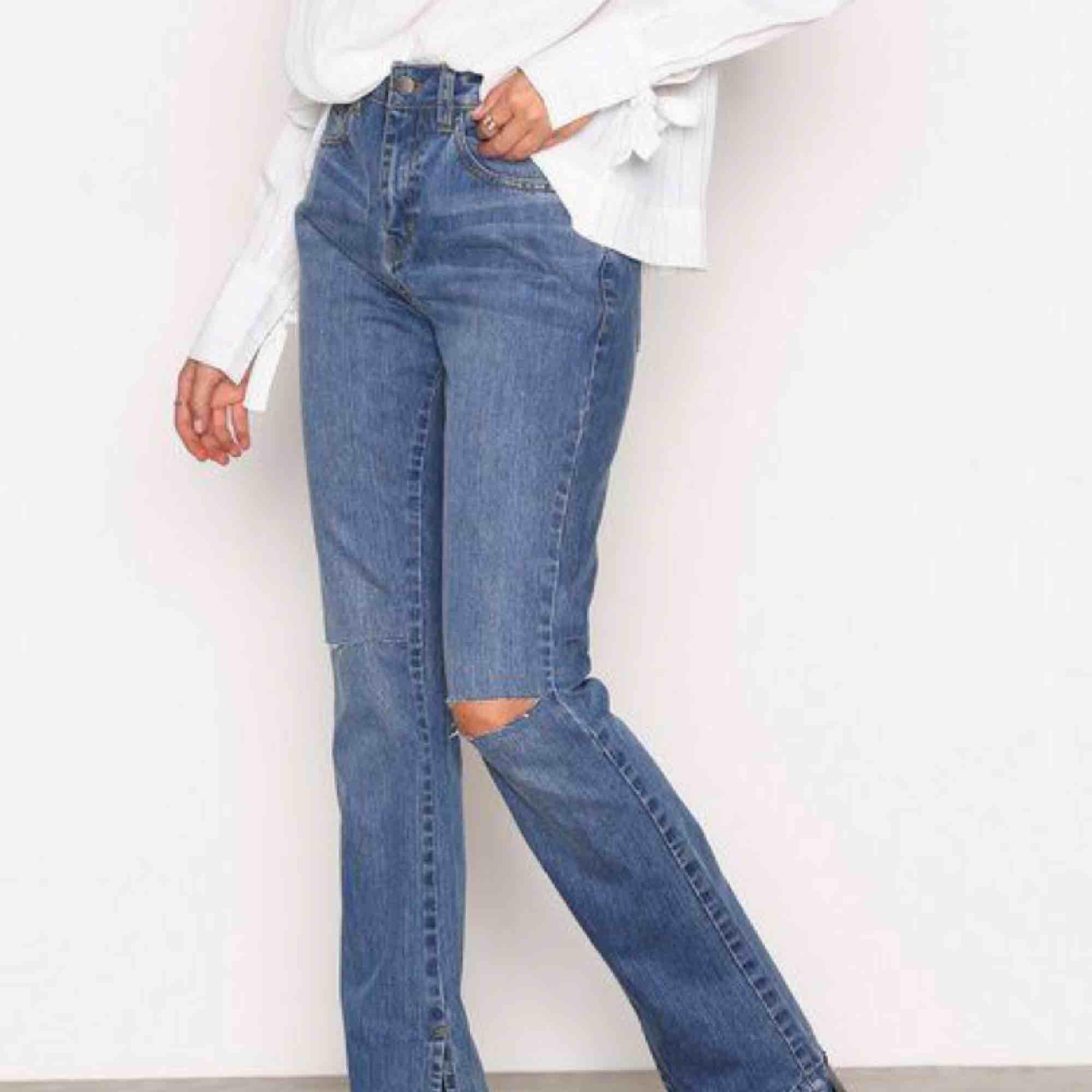 Oanvända jeans från Nelly, prislapp på. Säljes på grund av att dom tyvärr är för små för mig.   NLY trend split denim bootcut & flare.. Jeans & Byxor.