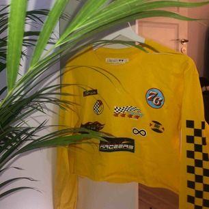 Croppad cool gul tröja med massa tryck || Från Junkyard || Storlek S || Säljer för 100kr