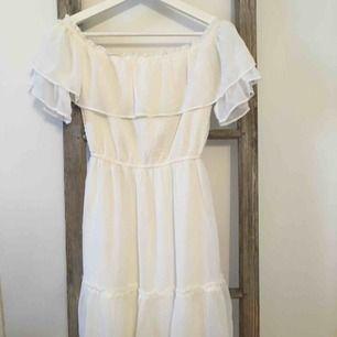 Superfin off shoulder klänning från Hollister. Använd en gång. Ny pris 600kr