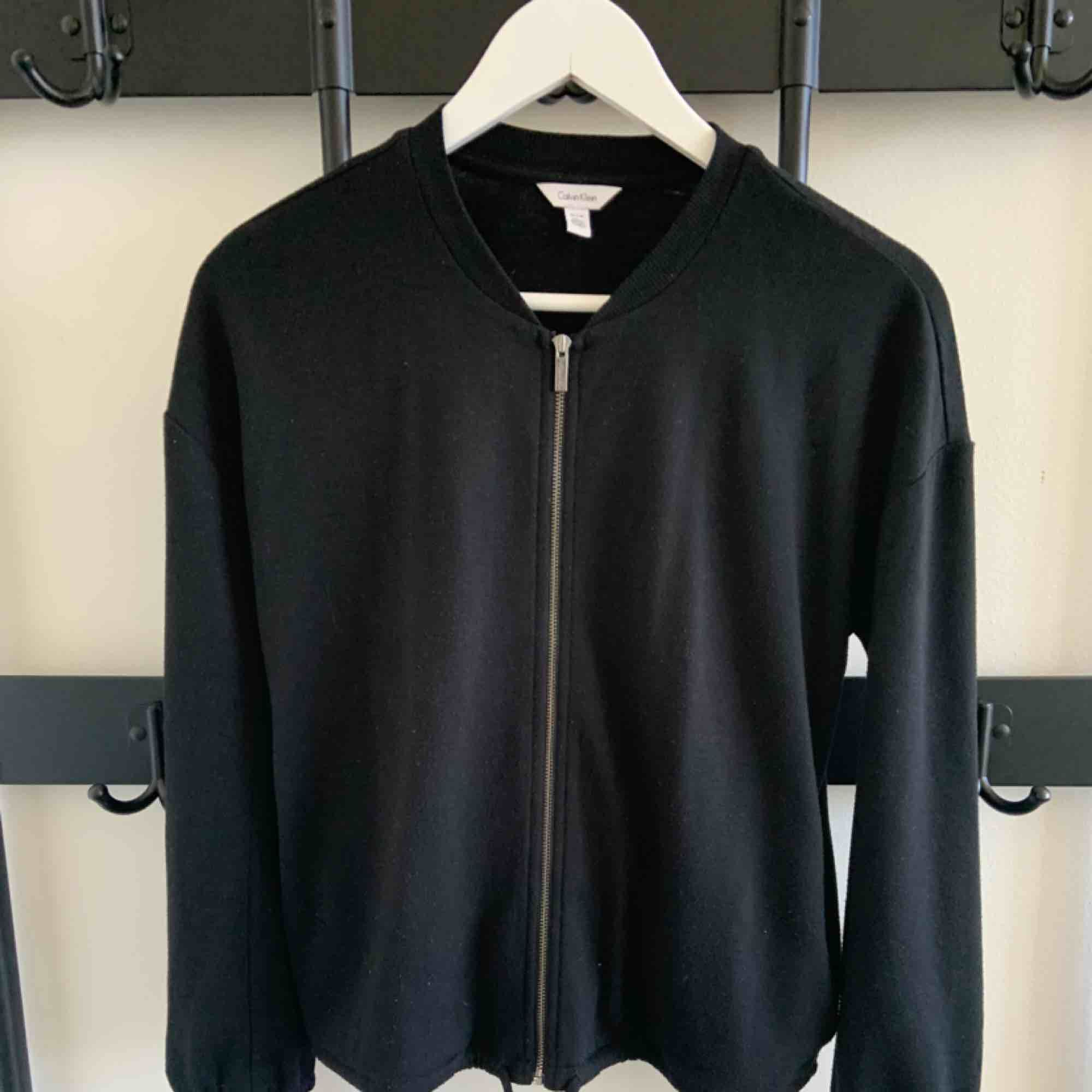 Cardigan Brand: Calvin Klein Size: XS Colour: Black Fit: Loose-ish  Bought this in L.A. 2 years ago.  Used but still in good condition. . Tröjor & Koftor.