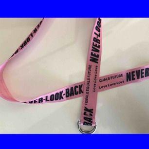 Coolt rosa skärp med svart text, lite off-white stil typ