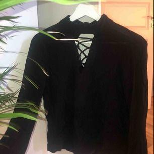 Fin blus från H&M || vida armar och fin v ringning med snörning || storlek 34|| säljer för 80kr + frakt