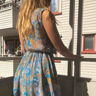 Härlig mönstrad klänning i skön passform och med fickor (som inte syns om man ej har händerna i). Extra underkjol i turkost. Storlek 42 men passar bra på M.  Kan mötas upp i Göteborg eller frakta ☀️