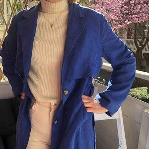 Kornblå kappa från Monki med fina detaljer!  Kan mötas upp i Göteborg eller frakta ☀️