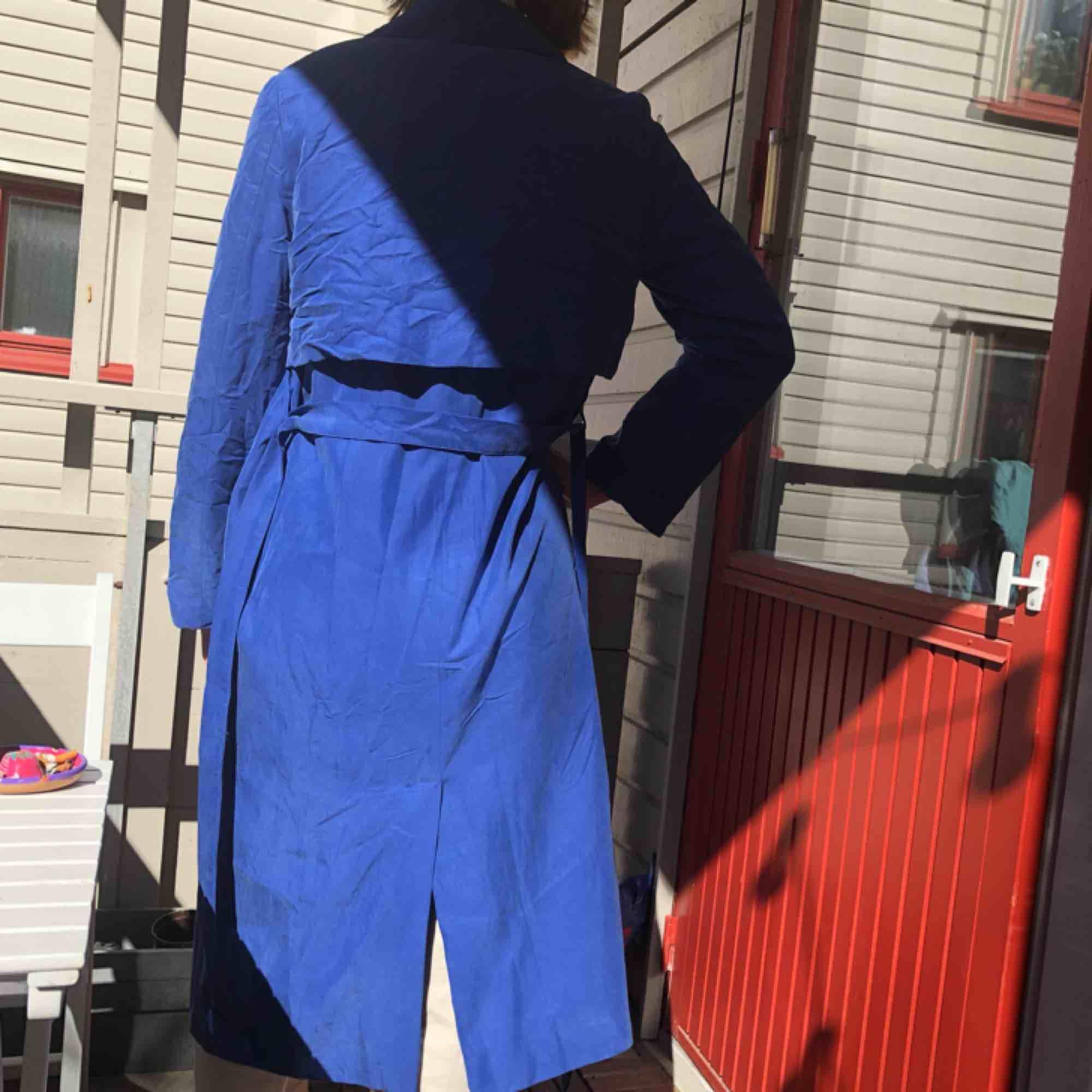 Kornblå kappa från Monki med fina detaljer!  Kan mötas upp i Göteborg eller frakta ☀️. Jackor.