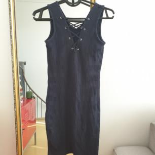 Fin ribbad marinblå klänning i storlek s Från Only