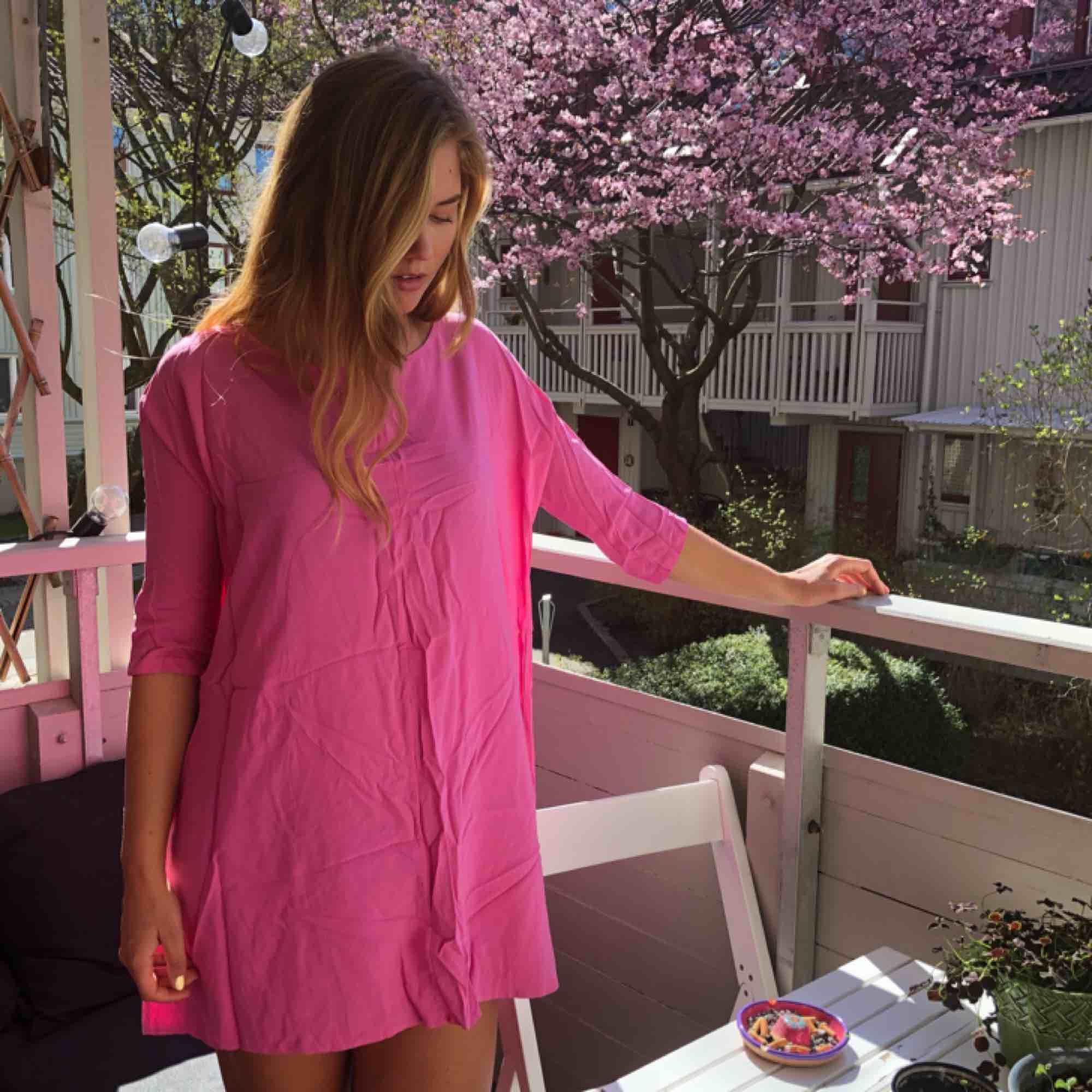 En härlig rosa sommarklänning i rak modell från Vero Moda (Ursäkta för att den är skrynklig, hittade inte mitt strykjärn🥳) Kan mötas upp Göteborg eller frakta. Klänningar.