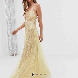 Suuuuperfin klänning från asos som är helt slutsåld i storlek 36!! Säljer pga blivit för liten för mig och har hittat en annan klänning jag ska ha på min bal! Bara att fråga om bilder på och så om du vill ha det!🥰  matchande skor i 40 finns också!