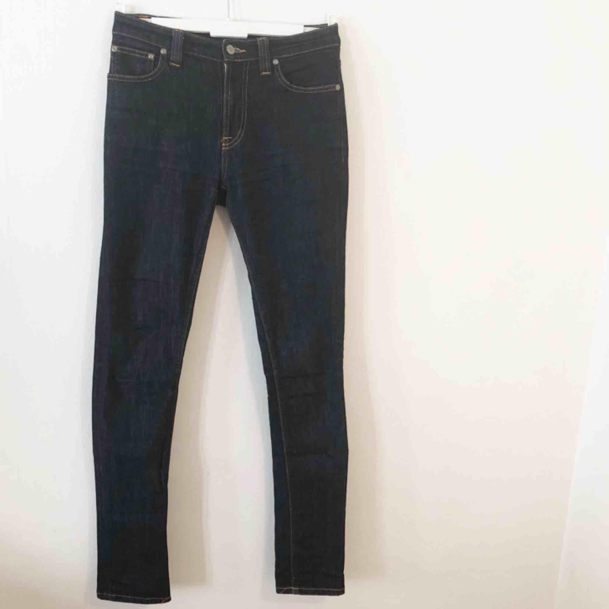 Mörkblå skitsnygga jeans från Nudie. Är tyvärr lite för små i midjan för mig så aldrig använt dem.  Kan mötas upp i Göteborg eller frakta!. Jeans & Byxor.