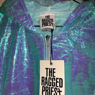 Säljer helt ny jacka från the ragged priest, med lapp kvar! holografisk och Superball till festivaler i sommar🌸 nypris ungefär 750 kr. Fraktar för 30kr, kan annars mötas i Halmstad :))