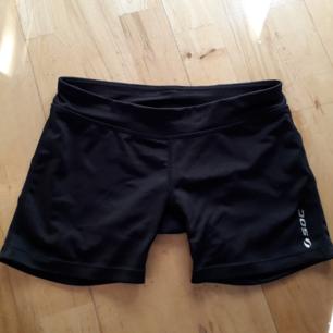 Säljer dessa supersnygga tränings shorts. Storlek 146-152 (passar xxs/xs) ser som nya ut :)