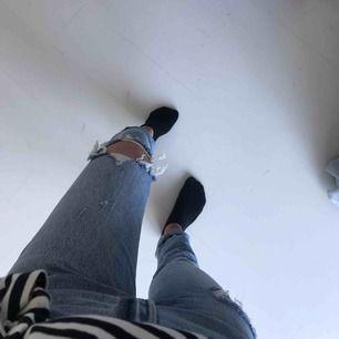 Levi's jeans med hål på knät, aldrig använda. Ganska långa för mig som är 1,67 skulle säga att dom passar folk som är 170+ cm långa. Pris kan diskuteras.