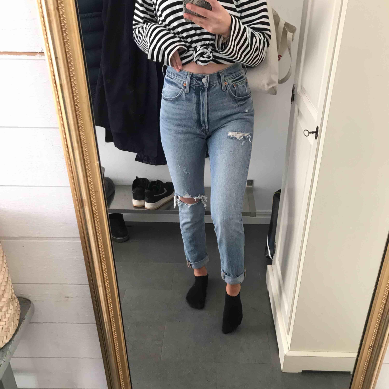 Levi's jeans med hål på knät, aldrig använda. Ganska långa för mig som är 1,67 skulle säga att dom passar folk som är 170+ cm långa. Pris kan diskuteras. . Jeans & Byxor.