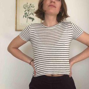 """Svartvit-randig tröja som går till naveln. Väldigt härligt material som är lite """"tjockare"""" än vanligt tyg."""