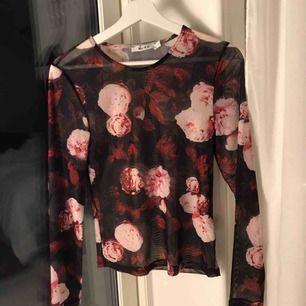 mesh-tröja med blommigt mönster! Bara använd vid 1 tillfälle så den är som i nyskick! Supersnyggt med en spets-bralette under! Hör gärna av dig om du har några frågor ☺️