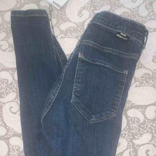 Jättefina dr denim jeans som inte kommit till användning för mig! Storlek XS🧡 Andra bilden visar hur byxorna sitter på!