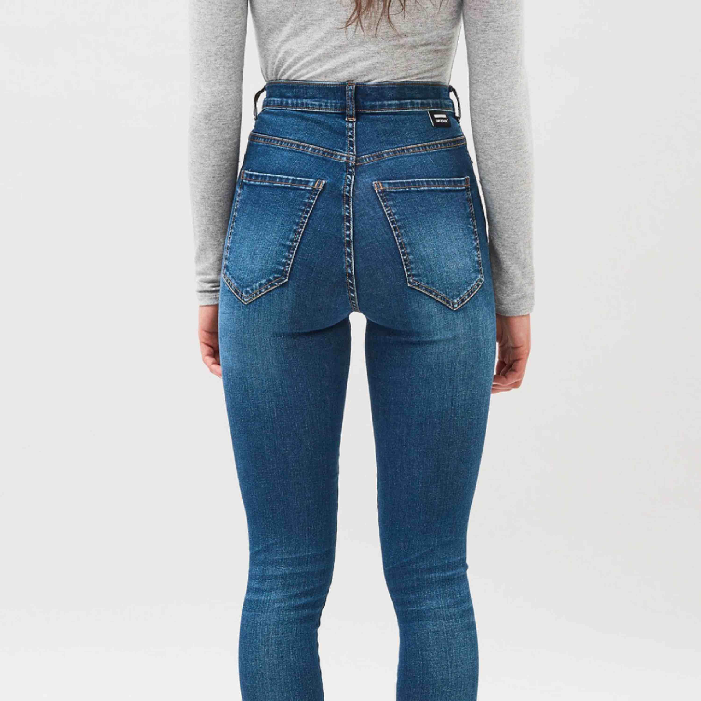 Jättefina dr denim jeans som inte kommit till användning för mig! Storlek XS🧡 Andra bilden visar hur byxorna sitter på!. Jeans & Byxor.