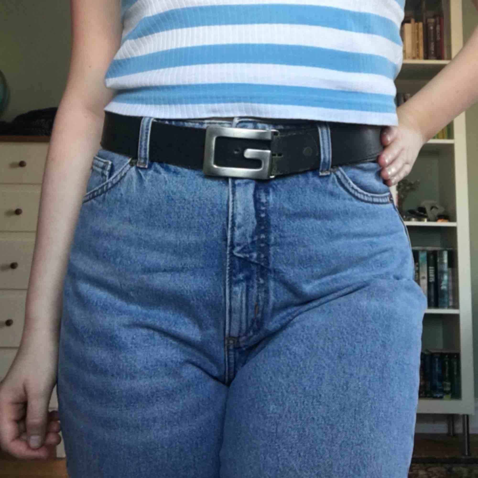 Snygga momjeans från monki i modellen Taiki. Är avklippta så att det passar en person som är ungefär 160-165cm men kan passa de som är längre också beroende på hur korta man vill ha dom. Köpare betalar frakt.. Jeans & Byxor.