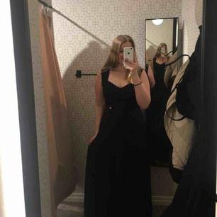 Säljer nu min älskade marinblå balklänning från 2018. Endast använd 1 gång. Otroligt bekväm och fin, Inga fläckar eller skador. Nypris: 600. Skriv för fler bilder eller andra frågor! Fraktas eller möts upp i Stocholm, köparen betalar frakt💞