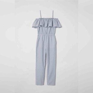 En jumpsuit från H&M med prislappen kvar. Frakten ingår!