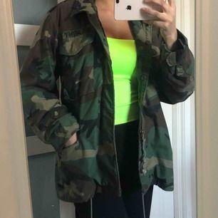 Säljer en oversized camo jacka i olivgrön färg! Kan inte fraktas.