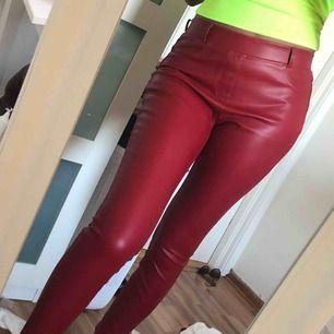 Säljer ett par röda byxor i fake skinn/läder material! Tyvärr är de sönder på sidan, därför jag säljer dem så billigt.