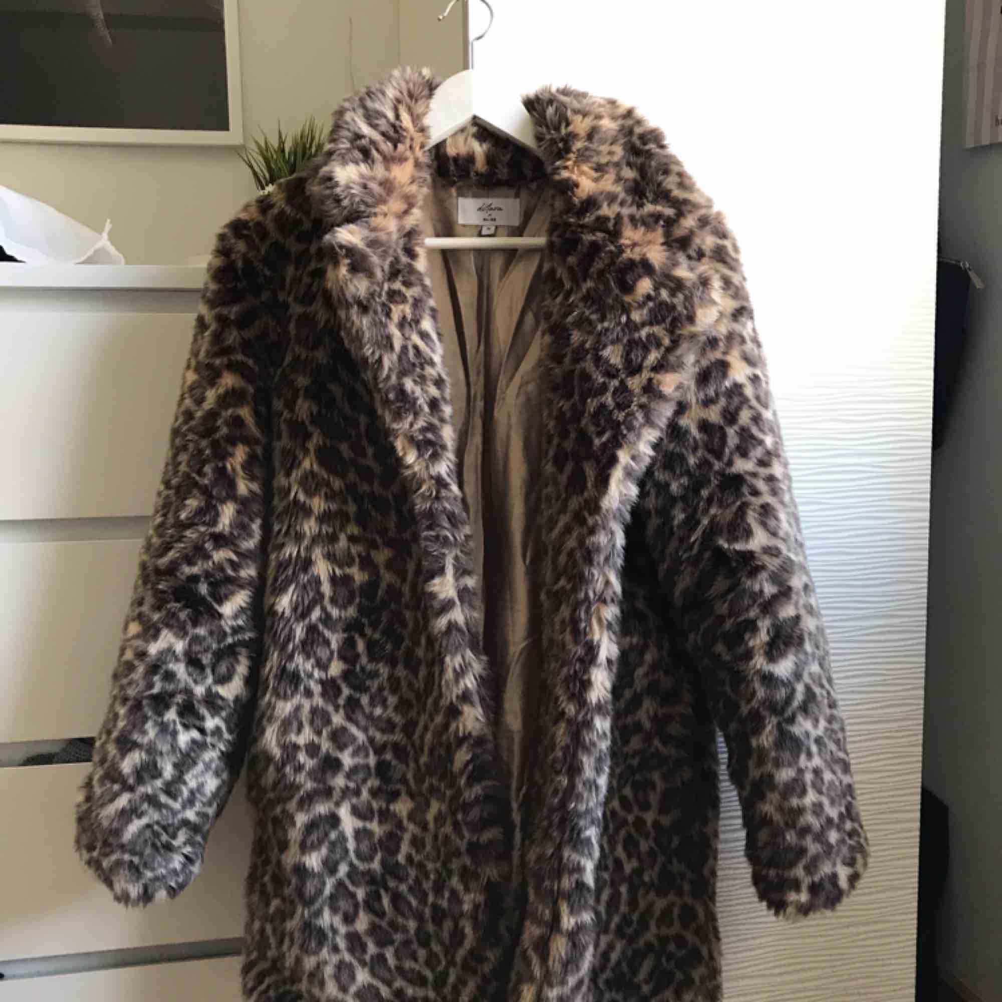 Leopardjacka från NAKD. Köpt nu i höstas. Jättefint skick, den är inte använd så mycket. Originalpris 800kr. Priset kan sänkas vid snabb affär.  Kan mötas upp i Göteborg men om man vill ha den fraktad så får köparen stå för fraktkostnaden ⭐️. Jackor.