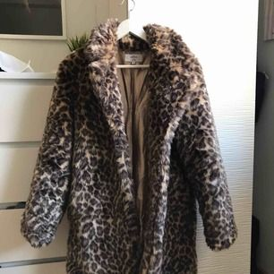 Leopardjacka från NAKD. Köpt nu i höstas. Jättefint skick, den är inte använd så mycket. Originalpris 800kr. Priset kan sänkas vid snabb affär.  Kan mötas upp i Göteborg men om man vill ha den fraktad så får köparen stå för fraktkostnaden ⭐️