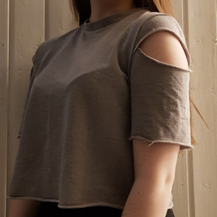 Croppad T-shirt från H&M med hål i axlarna och dragkedja bak. Använd fåtal gånger. Kan mötas i Umeå, annars står köparen för frakt 💕