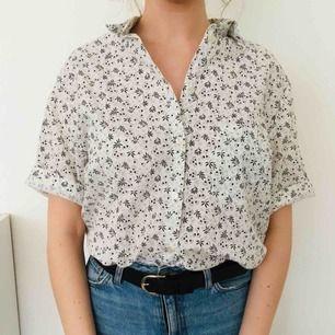 Oversized skjorta, svårt att bedöma exakt storlek. Jag brukar vanligtvis ha S/M. Den passar de flesta beroende på hur oversized man vill ha den skulle jag säga.