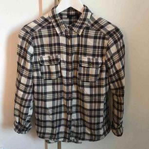 Mönstrad skjorta från Lindex, strl 36. Material: bomull. Passar även en 34a då den är liten i storleken. Köpare står för frakten (kan mötas upp i Norrköping eller Katrineholm) ✨