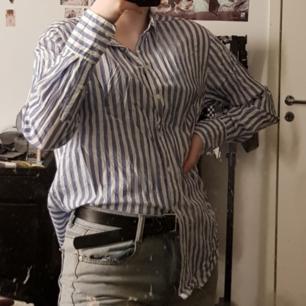 Jättefin skjorta från H&M som säljs pga att den inte riktigt är min stil längre. Hyfsat använd men är i gott skick. Går att styla på många olika sätt. Kan mötas i Umeå, annars står köparen för frakt 🤩