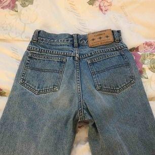 Ett par jättefina vintage jeans som är köpta här på plick. Dom passade inte mig och väljer därför att sälja vidare dom. Det är bara att höra av er till mig med eventuella frågor, trevlig dag!❤️
