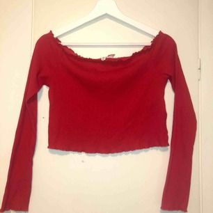 Röd off shoulder tröja från HM i storlek M! Nästan aldrig använd och köptes för 99kr i butik 😊  Kontakta mig vid intresse eller frågor!