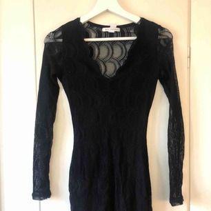 En svart klänning i storleken XS från Nelly.com och är endast använd ett fåtal gånger 😄   Kontakta mig vid intresse eller frågor!