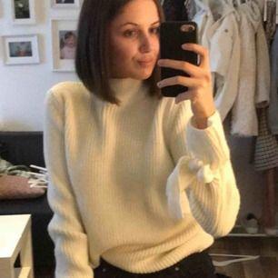 Stickad tröja i storlek XS, men passar förmodligen även S. I en krämvit färg. Kan mötas upp i Piteå/Skellefteå, annars står köparen för frakten. 🥰