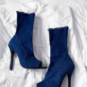 Så sjukt coola högklackade boots i mörkblått jeans material, de är stretchiga. Har ej använt de utomhus utan endast testat de inne ett fåtal gånger. Från Rebecca Stellas kollektion på NA-KD.  Frakt kostar 63kr extra, postar med videobevis/bildbevis.