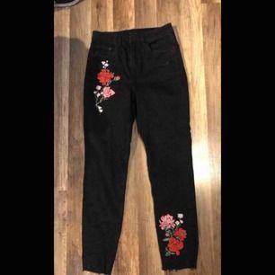 Jeans i rak form med broderade blommor. Storlek S. Kan mötas upp i Piteå/Skellefteå, annars står köparen för frakten. ✨