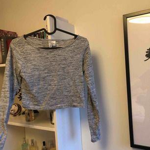 Croppad tröja från Hm, tunt tyg och ett väldigt användbart plagg!! Säljs pga för liten