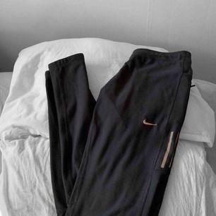 Svarta Nike träningsleggings storlek S i hyfsat bra skick förutom slitningar på texten samt defekt vid snören. Frakt kostar 36kr extra, postar med videobevis/bildbevis. Jag garanterar en snabb pålitlig affär!✨