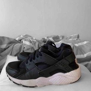 Vita och svarta Nike huaraches i storlek 38.5 (små i storlek) använda men i bra skick. Nypris ca 1200kr Frakt kostar 63kr extra, postar med videobevis/bildbevis. Jag garanterar en snabb pålitlig affär!✨ ✖️Fraktar endast✖️