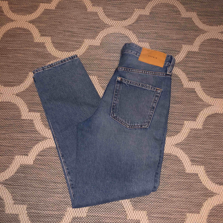 Supersnygga vintage/mom jeans från H&M! Jättesnygga men tyvärr för små för mig. De är högmidjade och sitter snyggt & tajt över rumpan/låren men lösare vid smalbenen! (priset är inklusive frakt). Jeans & Byxor.