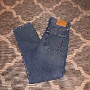 Supersnygga vintage/mom jeans från H&M! Jättesnygga men tyvärr för små för mig. De är högmidjade och sitter snyggt & tajt över rumpan/låren men lösare vid smalbenen! (priset är inklusive frakt)