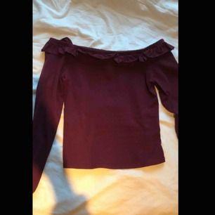 En vinröd tröja, storlek S men är ganska liten i storlek. Kan mötas upp i Piteå/Skellefteå, annars står köparen för frakten. ✨✨