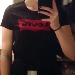 Levi's t-shirt. Är inte hemma just nu så lite osäker på om det är en xs eller s men tror på s. Möts upp i Stockholm, annars bjuder jag på frakten.