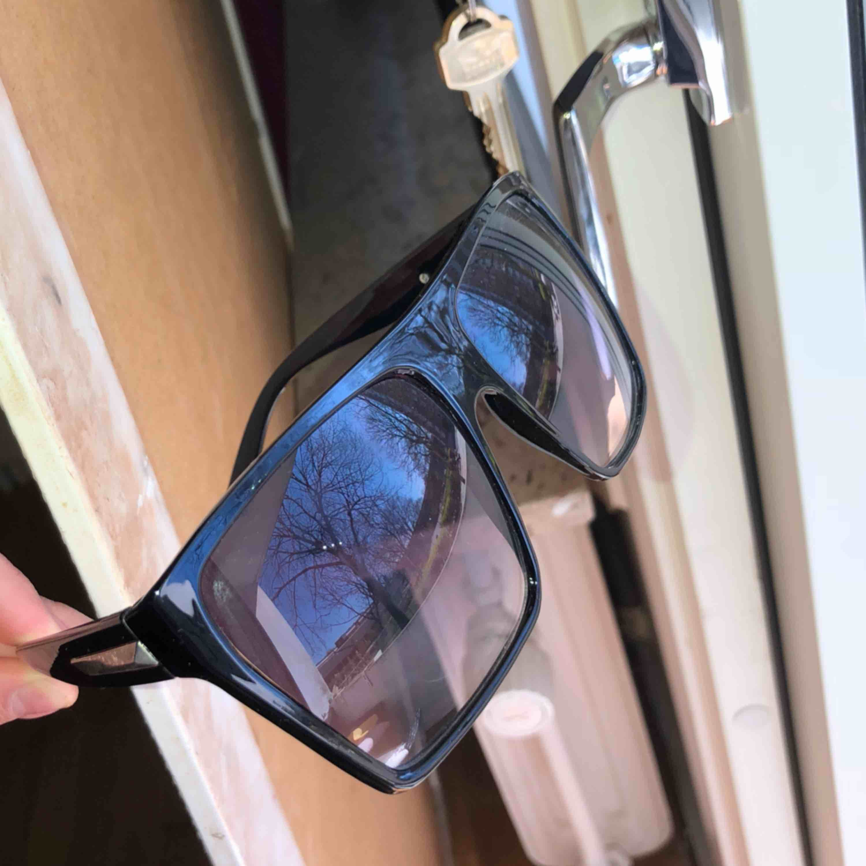 Helt nya solglasögon. Gratis frakt . Accessoarer.